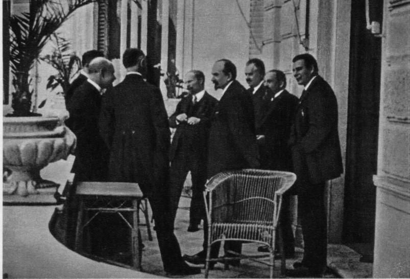 Г. В. Чичерин (в центре) в группе дипломатов возле отеля «Палаццо империале», в котором жили советские делегаты на Генуэзской конференции. Апрель 1922 г.